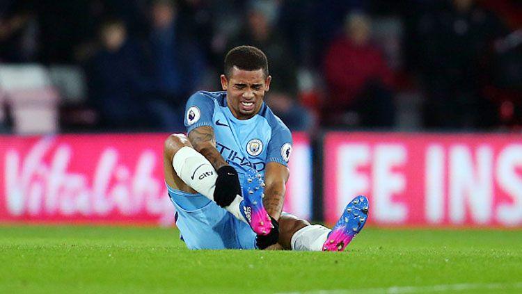 Gabriel Jesus tampak kesakitan saat laga Manchester City melawan Bournemouth. Copyright: © Catherine Ivill - AMA/Getty Images
