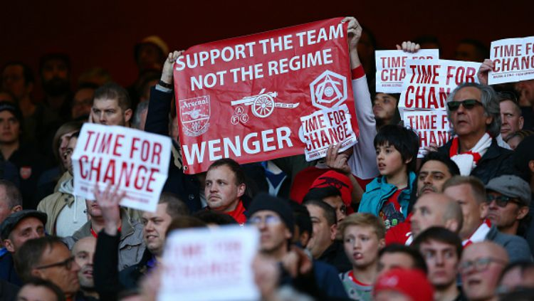 Suporter Arsenal memrotes Arsene Wenger. Copyright: © Paul Gilham/Getty Images