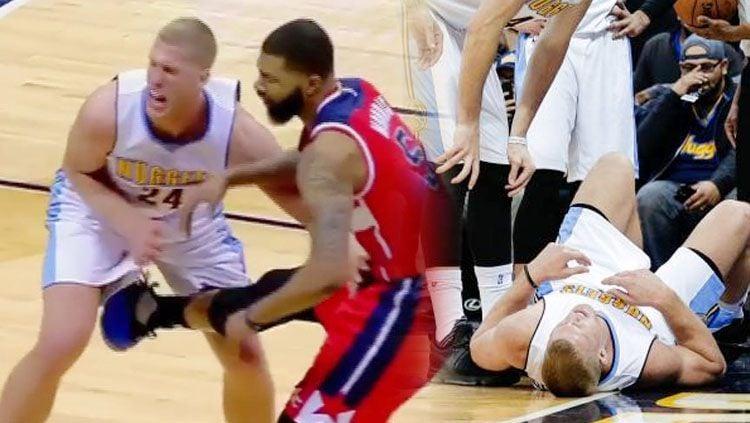 Pebasket Denver Nuggets, Mason Plumlee, kesakitan usai menerima tendangan yang mengenai kemaluannya. Copyright: © thesun.co.uk