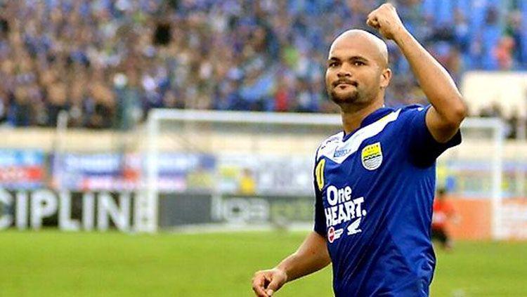 Striker naturalisasi Sergio van Dijk jadi saksi Persib Bandung kalahkan Persebaya Surabaya dengan skor 4-1 pada lanjutan Shopee Liga 1 2019, Jumat (18/10/19). Copyright: © Twitter/@serginhovandijk.