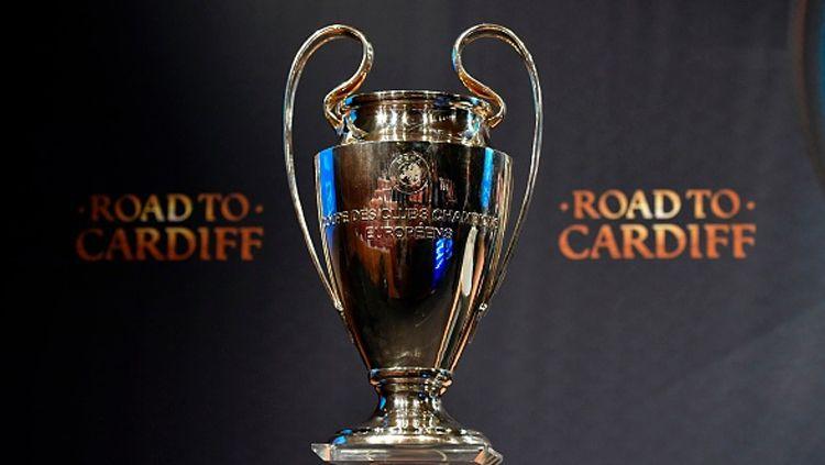 Trofi Liga Champions saat dipamerkan di drawing 8 besar. Copyright: FABRICE COFFRINI/AFP/Getty Images