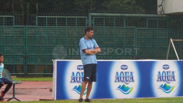 Julio Alcorse kini menjadi seorang pelatih SSB di Semarang. Copyright: Beny Rahardjo/Indosport