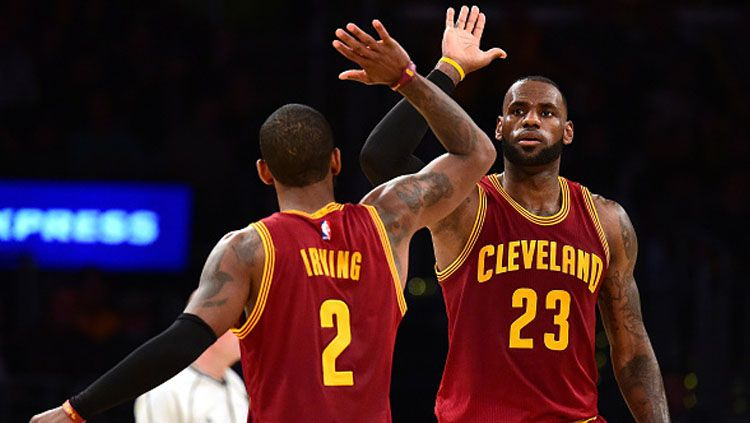 LeBron James sleberasi bersama Kyrie Irving. Copyright: © Harry How/Getty Images