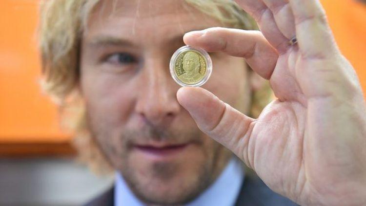 Pavel Nedved saat memegang koin yang terdapat wajahnya di dalamnya. Copyright: © Sport - Aktualne.cz