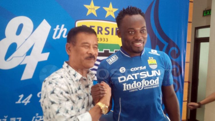 Manajemen Persib Bandung, Umuh Muchtar, bersama dengan Michael Essien. Copyright: © Muhammad Ginanjar/Indosport