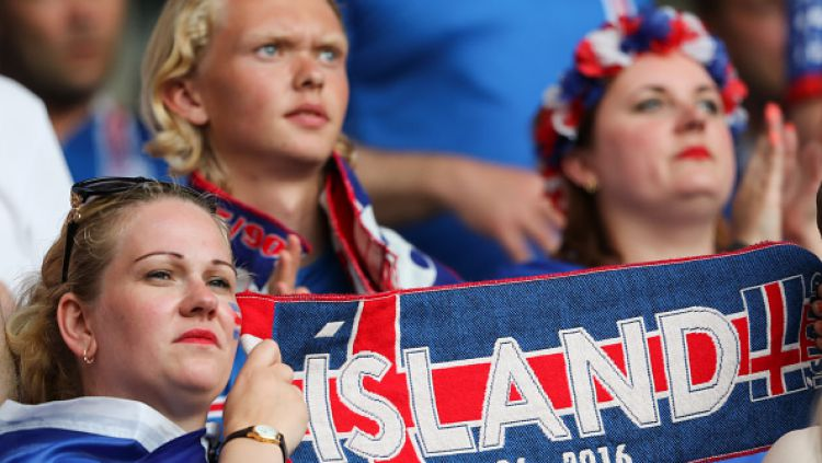 Pendukung Islandia saat laga melawan Inggris di Euro 2016. Copyright: © NurPhoto / Contributor / Getty Images