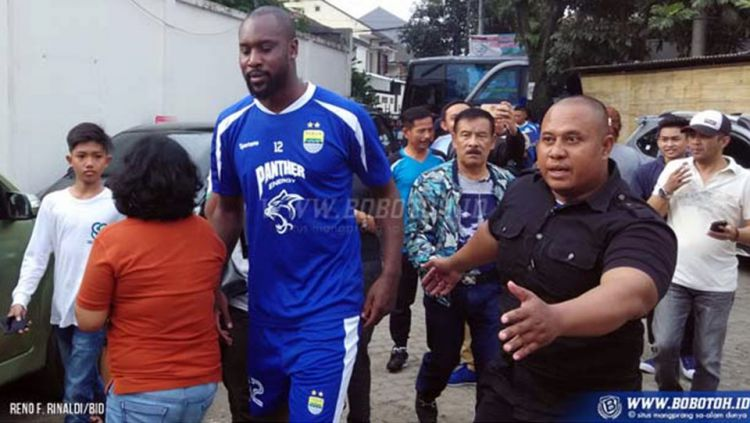 Carlton Cole saat diperkenalkan sebagai pemain baru Persib Bandung. Copyright: © bobotoh.id