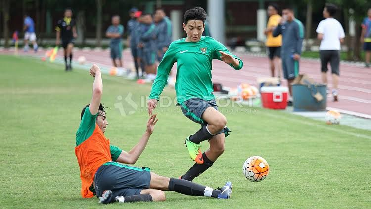 Duel Brown bersaudara, Jack Brown (kanan) dan George Brown pada internal game Timnas U-19. Copyright: © Herry Ibrahim/Indosport