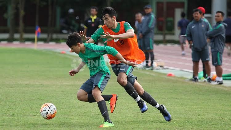 Duel Brown bersaudara, Jack Brown dan George Brown pada internal game Timnas U-19. Copyright: © Herry Ibrahim/Indosport
