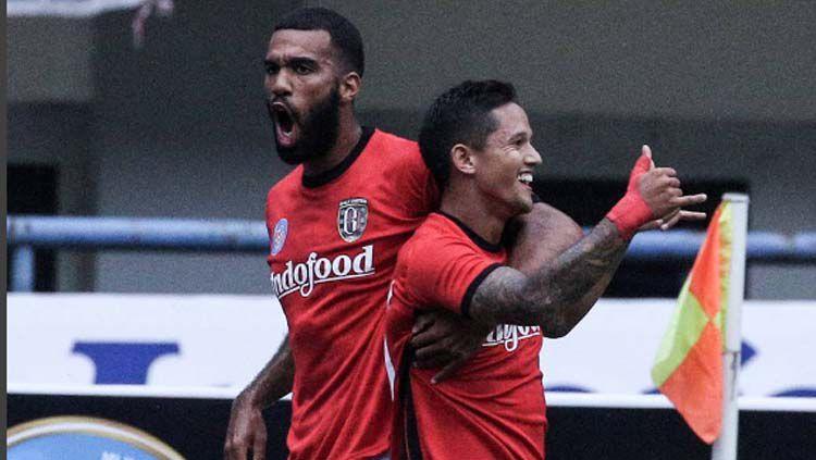 Selebrasi Irfan Bachdim dan Sylvano Comvalius usai mencetak gol perdana melawan Persib Bandung. Copyright: © Instagram @baliunitedfc