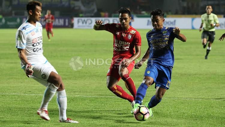 Febri Hariyadi (Persib Bandung) membawa bola sampai depan gawang Kurnia Meiga. Copyright: © Herry Ibrahim/INDOSPORT