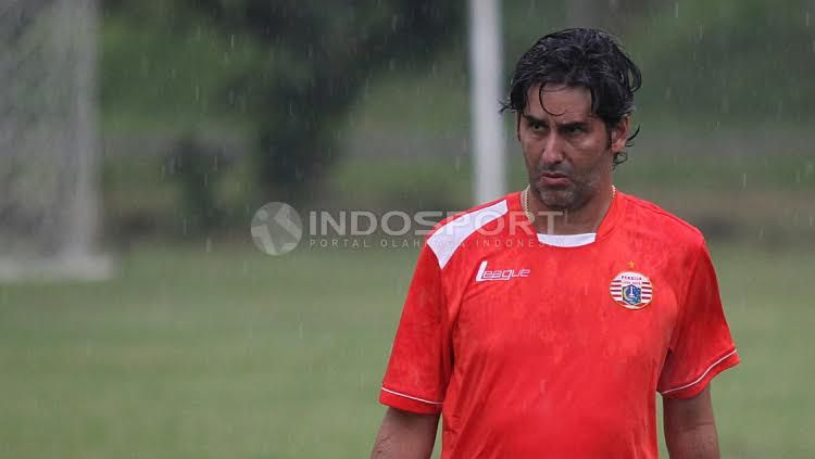 Pelatih Persija Jakarta, Stefano Cugurra Teco saat memimpin sesi latihan Persija Jakarta. Copyright: Herry Ibrahim/Indosport