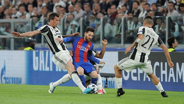 Lionel Messi dihadang dua pemain bertahan Juventus. Copyright: © Omar Bai/NurPhoto via Getty Images