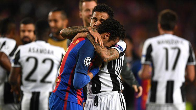 Dani Alves membisikkan sesuatu kepada Neymar yang menangis tersedu-sedu. Copyright: Shaun Botterill/Getty Images