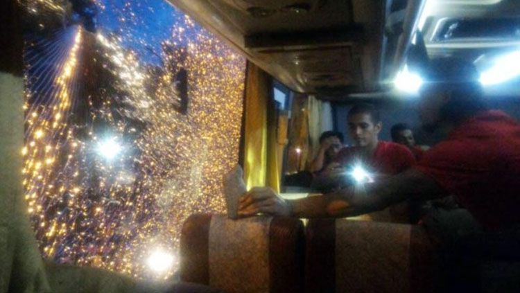 Kondisi Bus Semen Padang yang dilempari batu oleh oknum suporter Persegres Gresik United. Copyright: semenpadangfc.co.id
