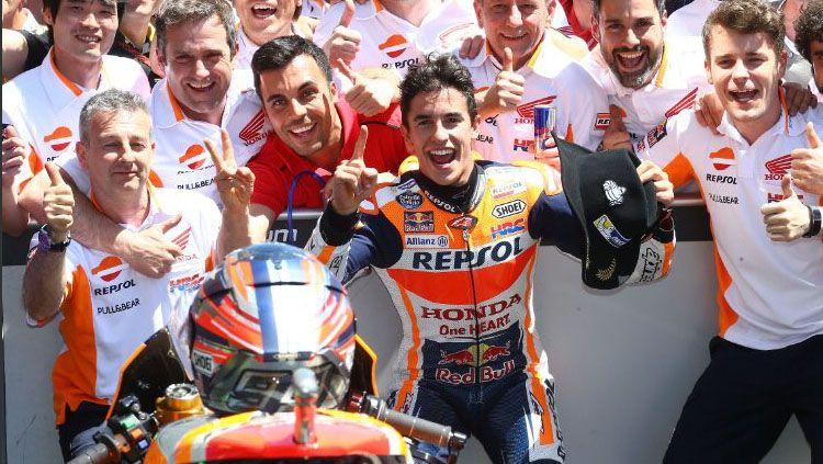 Pembalap Repsol Honda, Marc Marquez merayakan kemenangannya di Amerika. Copyright: © @riririri_rin93