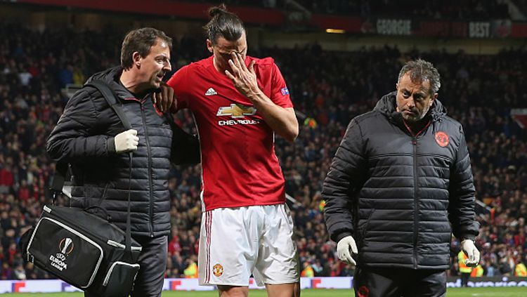 Zlatan Ibrahimovic ditandu keluar usai lamai cedera. Copyright: © John Peters/Man Utd via Getty Images