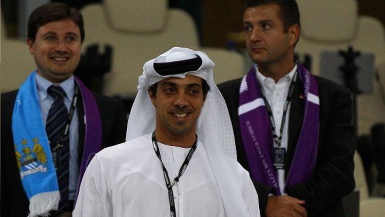 Sheikh Mansour, pemilik klub Liga Inggris, Manchester City, tak keberatan menggelontorkan uang ketimbang harus menerima hukuman UEFA. Copyright: © Nel/Getty Images