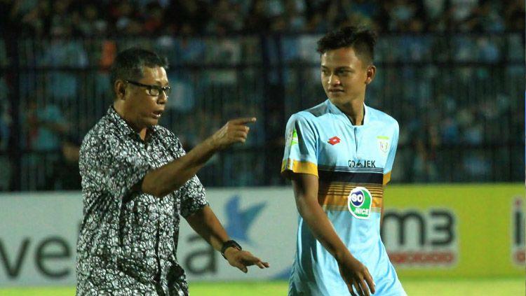 Pelatih Persela, Heri Kiswanto saat memberi arahan kepada anak asuhnya. Copyright: © Ian Setiawan/INDOSPORT