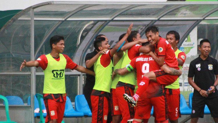 Selebrasi para pemain Persib Balikpapan menyambut gol Marlon da Silva. Copyright: © Twitter/@Liga1Match