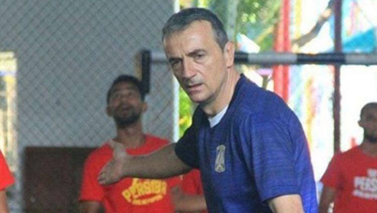 Milomir Seslija saat memimpin latihan Persiba Balikpapan. Copyright: © Instagram/persibafc_media