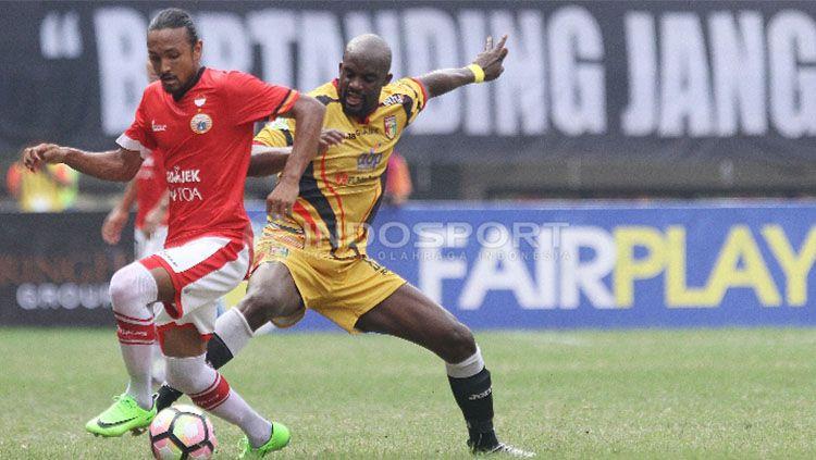 Mohamed Sissoko (kiri) saat berduel dengan pemain Persija Jakarta, Rohit Chand. Copyright: Herry Ibrahim/Indosport