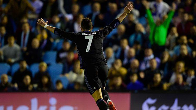 Cristiano Ronaldo melakukan selebrasi. Copyright: MIGUEL RIOPA/AFP/Getty Images
