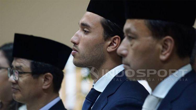 Ezra Walian (tengah) saat acara pengambilan sumpah menjadi WNI. Copyright: © Petrus Manus DaYerimon/Indosport