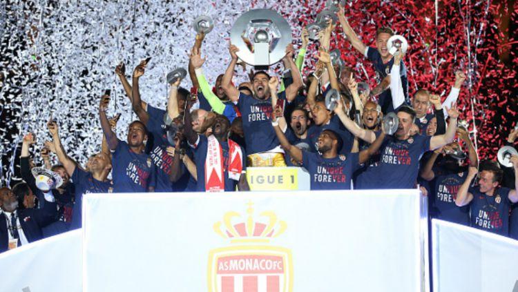 Para penggawa AS Monaco merayakan status mereka sebagai jawara Ligue 1 musim ini. Copyright: Jean Catuffe / Contributor / Getty Images