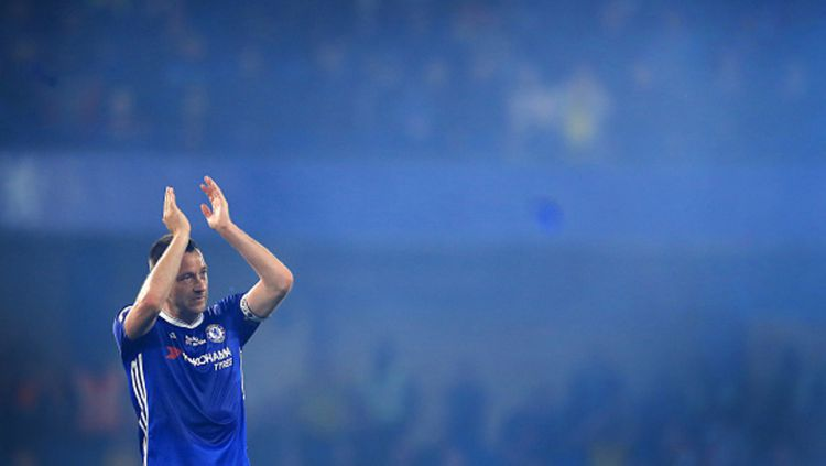 Mantan bek tengah sekaligus kapten Chelsea, John Terry mengucapkan terima kasih kepada fans Chelsea di tribun penonton Stamford Bridge. Copyright: © Richard Heathcote/Getty Images