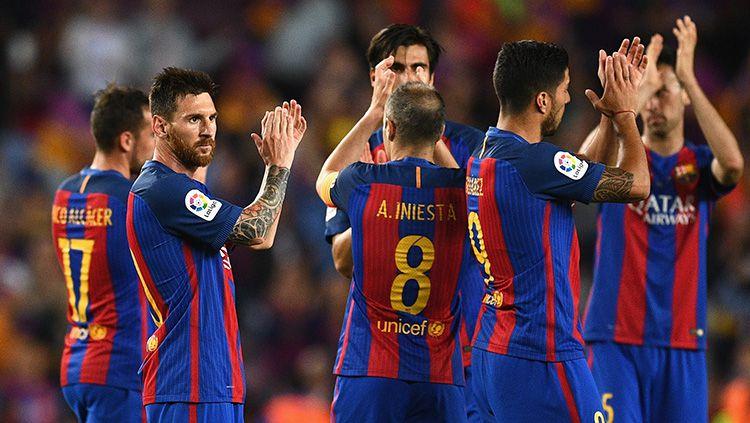 Lionel Messi dan para pemain Barcelona mengapresiasi dukungan dari para suporter. Copyright: © David Ramos/Staff via Getty Images