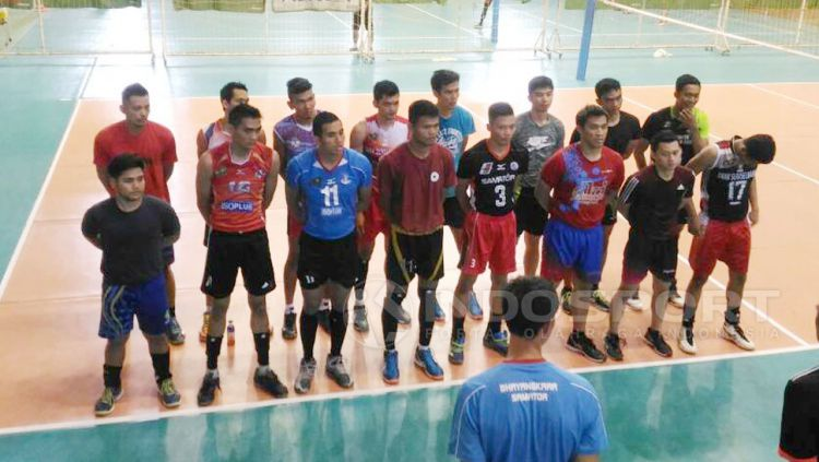 Pemain voli timnas putra saat menerima arahan pelatih usai berlatih. Copyright: © Zainal Hasan/Indosport
