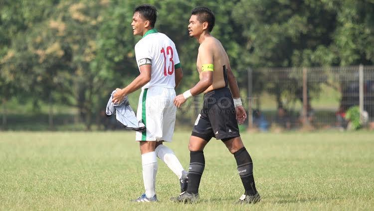 Rachmat Irianto (kiri) mendapat jersey Persija dari Bambang Pamungkas usai laga. Anak dari legenda, Bejo Sugiantoro ini bermain sangat baik di lini belakang Timnas U-19. Copyright: © Herry Ibrahim/INDOSPORT