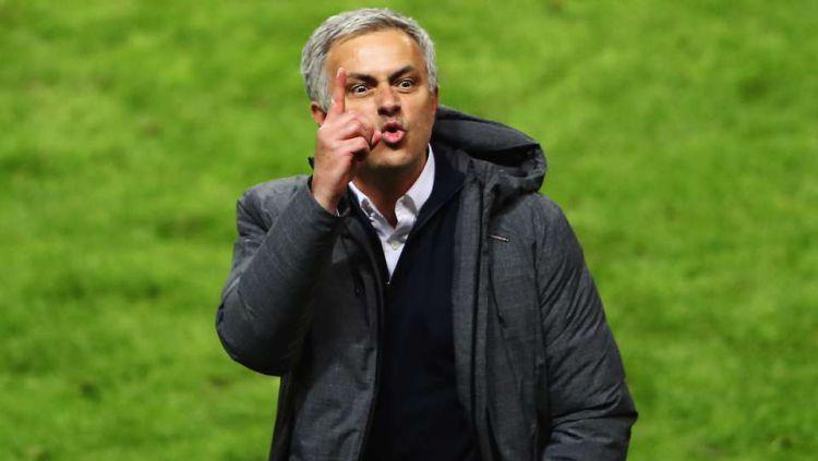 Jose Mourinho mengacungkan jari telunjuknya ke arah tribun penonton, pasca menjuarai Liga Europa. Copyright: © GMS