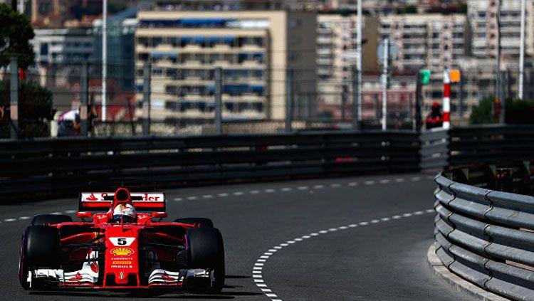 Pembalap Ferrari ketika sedang melaju di lintasan balap. Copyright: © Dan Istitene/Getty Images