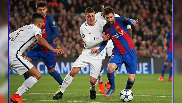 Gelandang bertahan PSG, Marco Verratti (tengah) saat menjaga pergerakkan dari striker Barcelona, Lionel Messi. Copyright: © Urbanandsport/NurPhoto via Getty Images