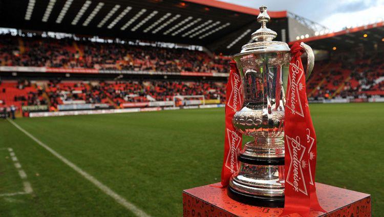 Trofi Piala FA Copyright: © Hertford Town