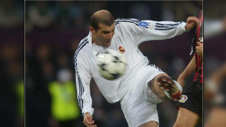 Bale angkat Trofi Liga Champions. Copyright: © Getty Images