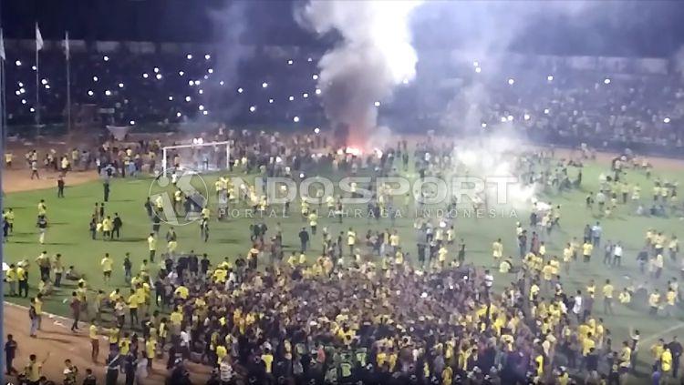 Kericuhan terjadi usai suporter Gresik United yang dikenal dengan nama Ultras Gresik memasuki lapangan dan sebagian dari mereka membakar papan iklan. Copyright: © Ian Setiawan/INDOSPORT