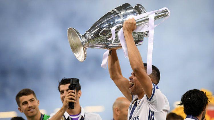 Bek Real Madrid, Pepe mengangkat trofi Liga Champions. Copyright: © Matthias Hangst/Getty Images
