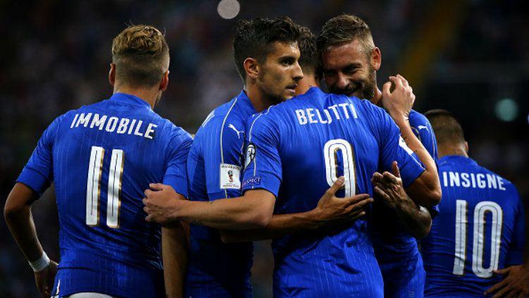 Para pemain Italia melakukan selebrasi ketika mencetak gol ke gawang Liechtenstein. Copyright: © MARCO BERTORELLO/AFP/Getty Images