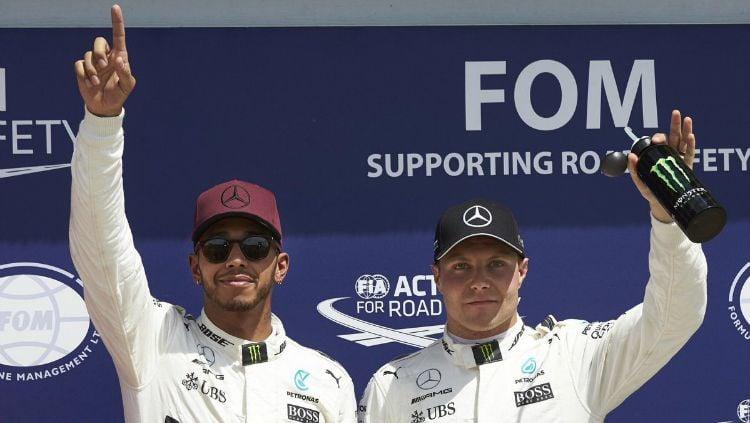 Duo pembalap Mercedes, Lewis Hamilton dan Valtteri Bottas berhasil menjadi yang tercepat dan mampu mengasapi tim Ferrari di FP2 GP Abu Dhabi 2019. Copyright: © Twitter/IWC Watches