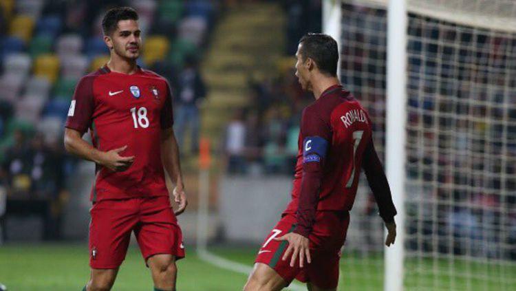 Andre Silva (kiri) bersama Cristiano Ronaldo ketika membela Timnas Portugal. Copyright: © TalkSport