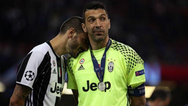 Gianluigi Buffon dan Leonardo Bonucci, pasca penyerahan medali perak Liga Champions. Copyright: ©