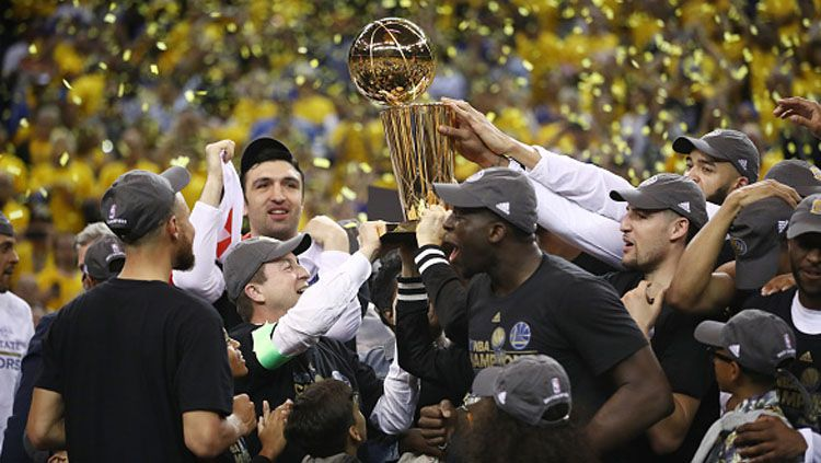 Pemain Golden State Warriors usai mengangkat trofi juara NBA 2016/17. Copyright: © INDOSPORT