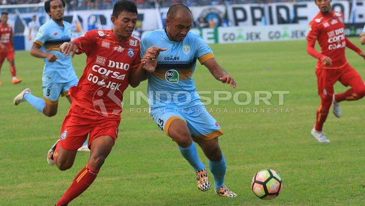 Defender Persela, Aang Suparman (kanan). Copyright: © Ian/INDOSPORT