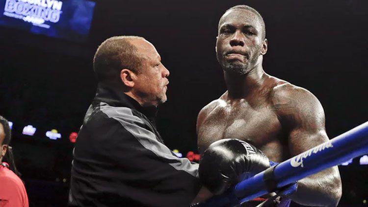 Mantan juara dunia tinju kelas berat WBC, Deontay Wilder, menyerang balik Lennox Lewis yang menyebut dirinya takkan bisa mengalahkan sang legenda, Mike Tyson. Copyright: © Getty Images