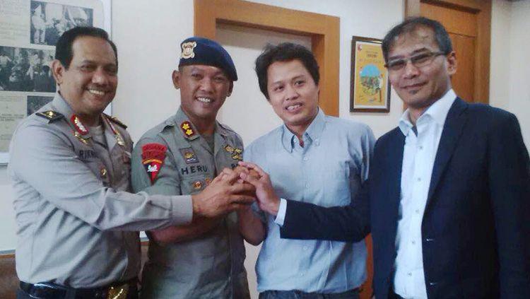 wartawan LKBN ANTARA, Ricky Prayoya (kedua dari kanan) berjabat tangan dengan Wakil Komandan Satuan (Wadansat) Brimob Polda Metro Jaya, AKBP Heru Novianto. Copyright: Anatara
