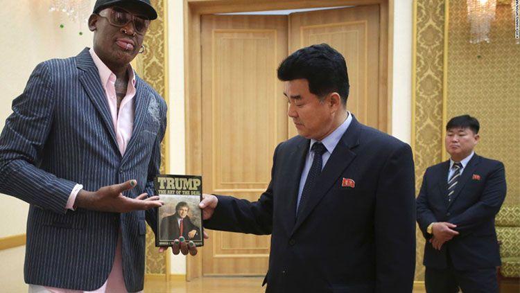 Dennis Rodman menunjukkan hadiah yang ia berikan untuk Kim Jong-un. Copyright: © AP Photo/Kim Kwang-hyon