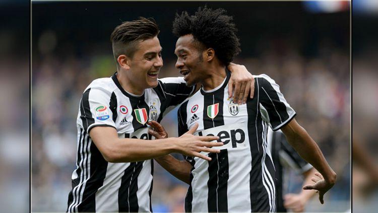 Dua bintang Juventus, Paulo Dybala (kiri) dan Juan Cuadrado. Copyright: © INDOSPORT
